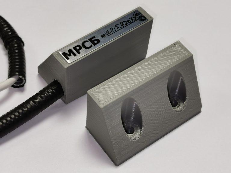 Магнито-резистивный охранный извещатель (МРСБ). В отличие от геркона, который реагирует на амплитуду магнитного поля, этот датчик даёт информацию по 3 координатам магнитного поля, которые позволяют адекватно реагировать на нештатные ситуации такие как попытка саботажа и неисправность. Преимущества: попытки саботажа контролируются; контроль неисправности; отсутствуют движущиеся элементы, способные выйти из строя; энергопотребление не превышает таковое у извещателей основанных на герконах.